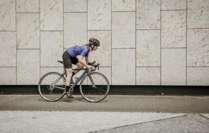 montar bicicleta